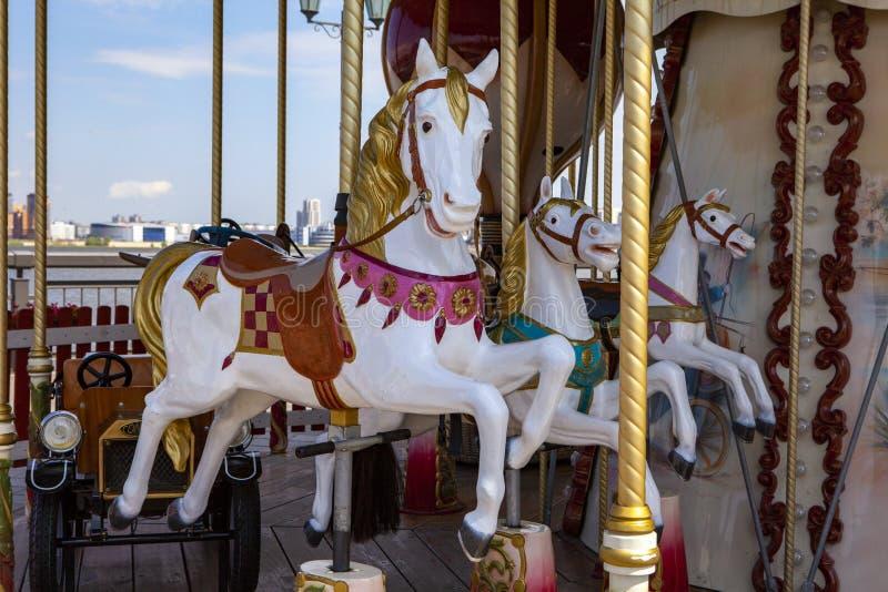 Ένα άλογο σε ένα εκλεκτής ποιότητας ιπποδρόμιο παιδιών ` s στοκ εικόνα