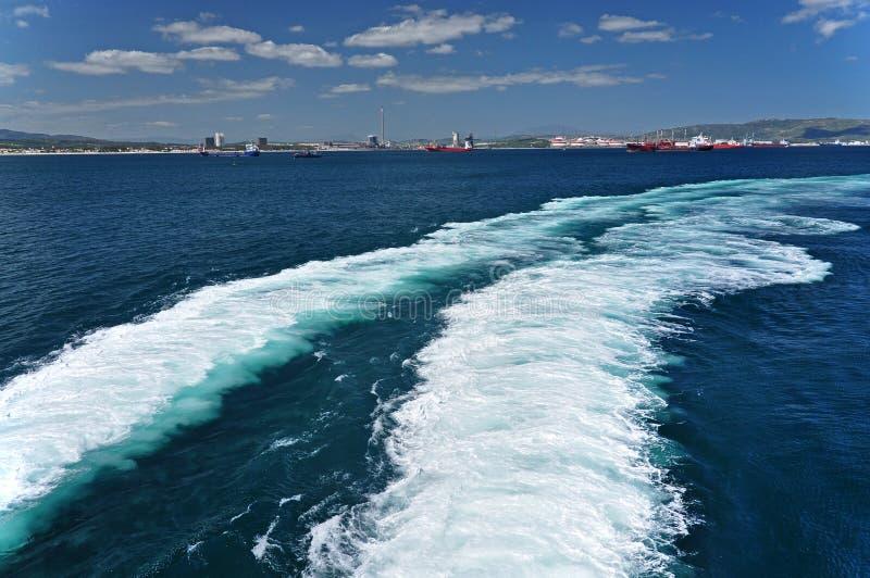Ένα άσπρο τόξο στη Μεσόγειο πίσω από ένα σκάφος που πλέει από το λιμένα της Ceuta Marocco, Αφρική στοκ φωτογραφία με δικαίωμα ελεύθερης χρήσης