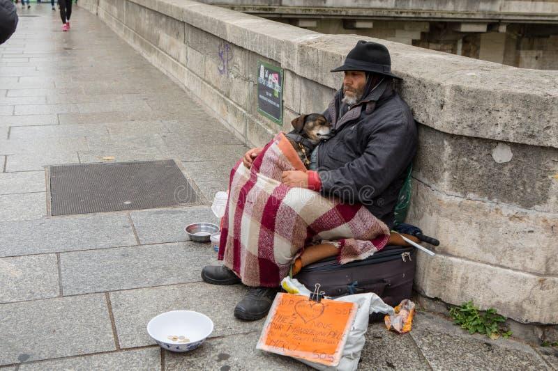 Ένα άστεγο άτομο με το σκυλί του στο Παρίσι στοκ εικόνες