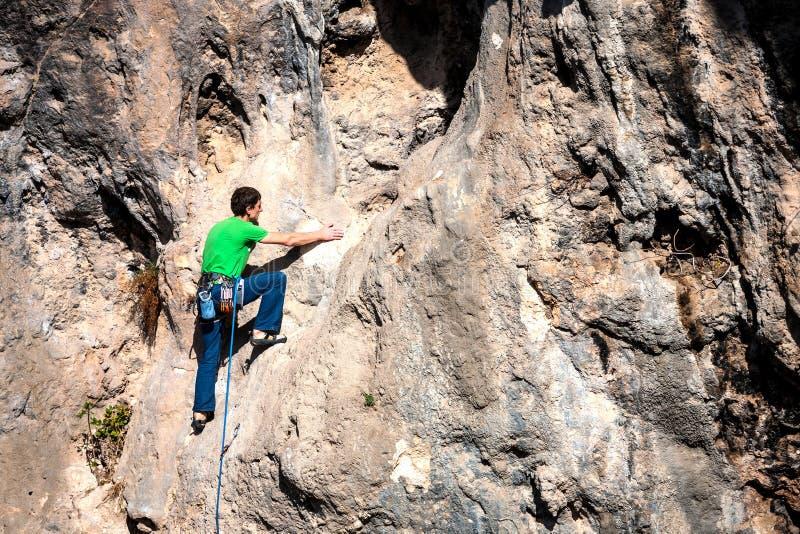 Ένα άτομο αναρριχείται στο βράχο στοκ εικόνες με δικαίωμα ελεύθερης χρήσης