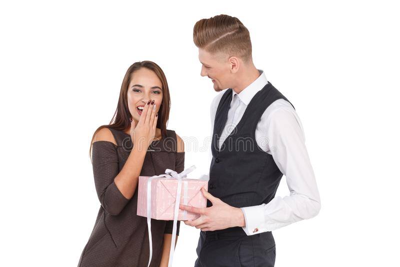 Ένα άτομο δίνει στο κορίτσι του ένα κιβώτιο δώρων, το κορίτσι είναι ευχαριστημένο από το απομονωμένος στοκ εικόνες