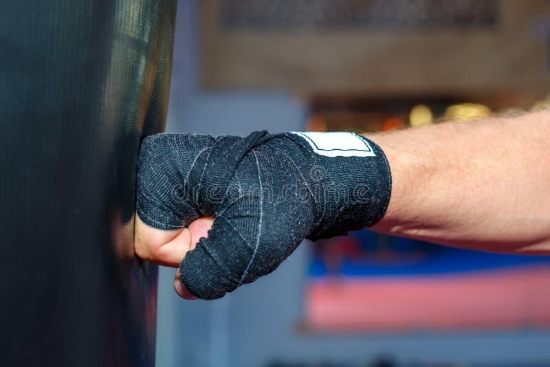 Ένα άτομο εκπαιδεύει στην τσάντα MMA να επιλύσει τις προσκρούσεις στοκ εικόνες με δικαίωμα ελεύθερης χρήσης