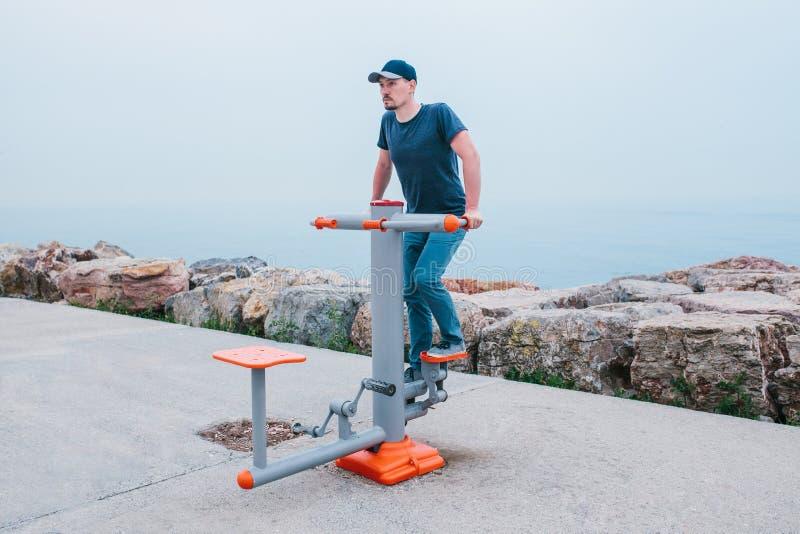 Ένα άτομο εκπαιδεύει στον αθλητικό εξοπλισμό σε μια πόλη υπαίθρια Η έννοια ενός υγιών τρόπου ζωής και μιας δυνατότητας πρόσβασης στοκ φωτογραφίες με δικαίωμα ελεύθερης χρήσης