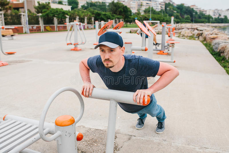 Ένα άτομο εκπαιδεύει στον αθλητικό εξοπλισμό σε μια πόλη υπαίθρια Η έννοια ενός υγιών τρόπου ζωής και μιας δυνατότητας πρόσβασης στοκ εικόνα με δικαίωμα ελεύθερης χρήσης