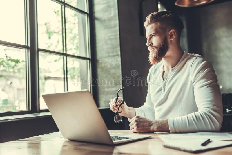 Ένα άτομο εργαζόμενος σε ένα γραφείο στοκ φωτογραφία