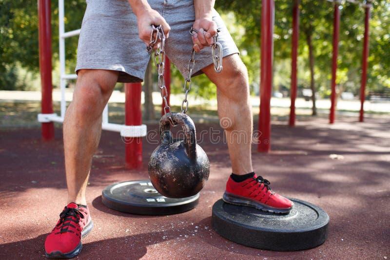 Ένα άτομο κάνει τις ασκήσεις στα πόδια του Φίλαθλος και υγιής νεαρός άνδρας με την τέλεια άσκηση σωμάτων υπαίθρια στοκ φωτογραφία