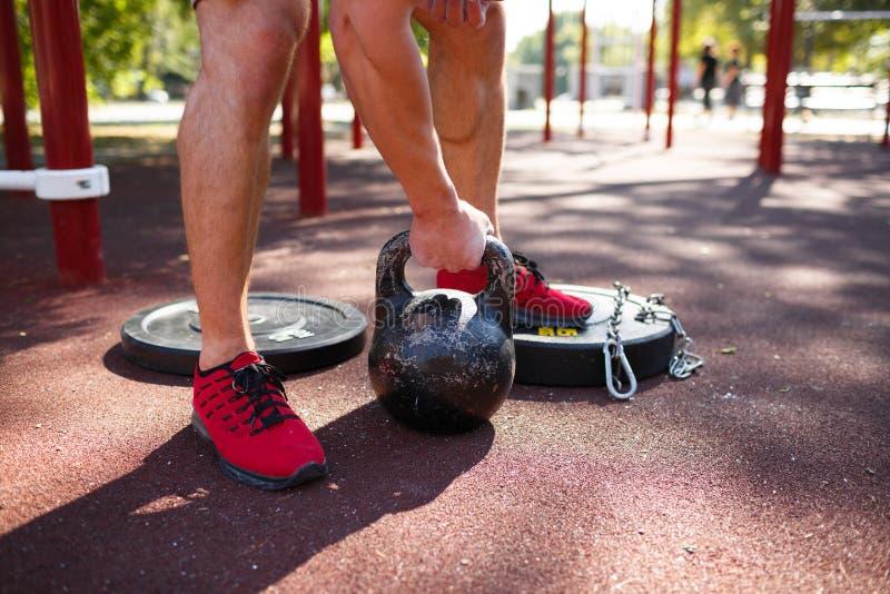Ένα άτομο κάνει τις ασκήσεις στα πόδια του Φίλαθλος και υγιής νεαρός άνδρας με την τέλεια άσκηση σωμάτων υπαίθρια στοκ εικόνα