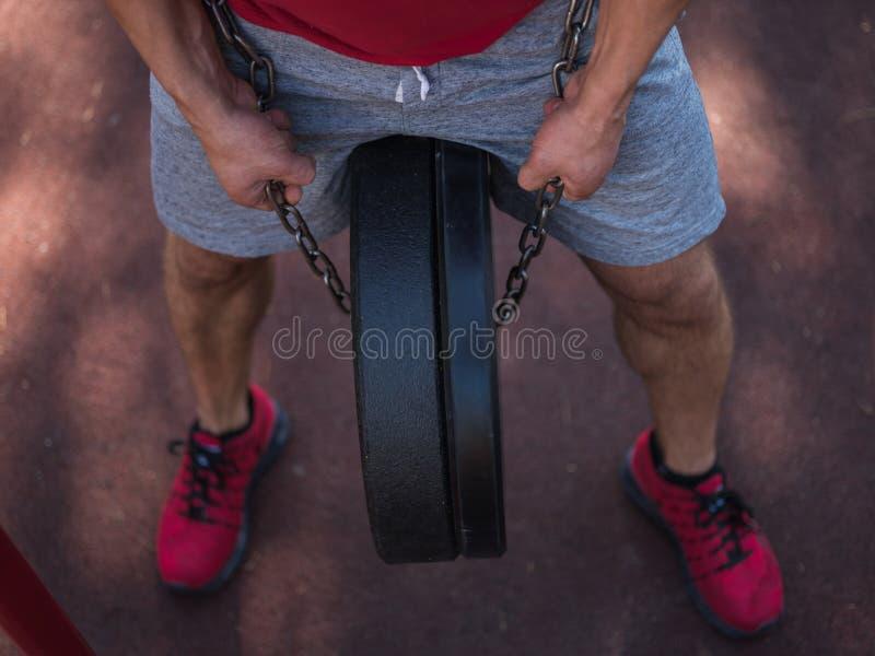 Ένα άτομο κάνει τις ασκήσεις στα πόδια του Φίλαθλος και υγιής νεαρός άνδρας με την τέλεια άσκηση σωμάτων υπαίθρια στοκ εικόνες