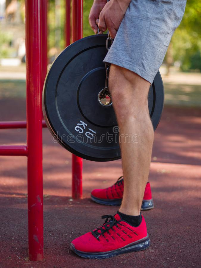 Ένα άτομο κάνει τις ασκήσεις στα πόδια του Φίλαθλος και υγιής νεαρός άνδρας με την τέλεια άσκηση σωμάτων υπαίθρια στοκ φωτογραφία με δικαίωμα ελεύθερης χρήσης