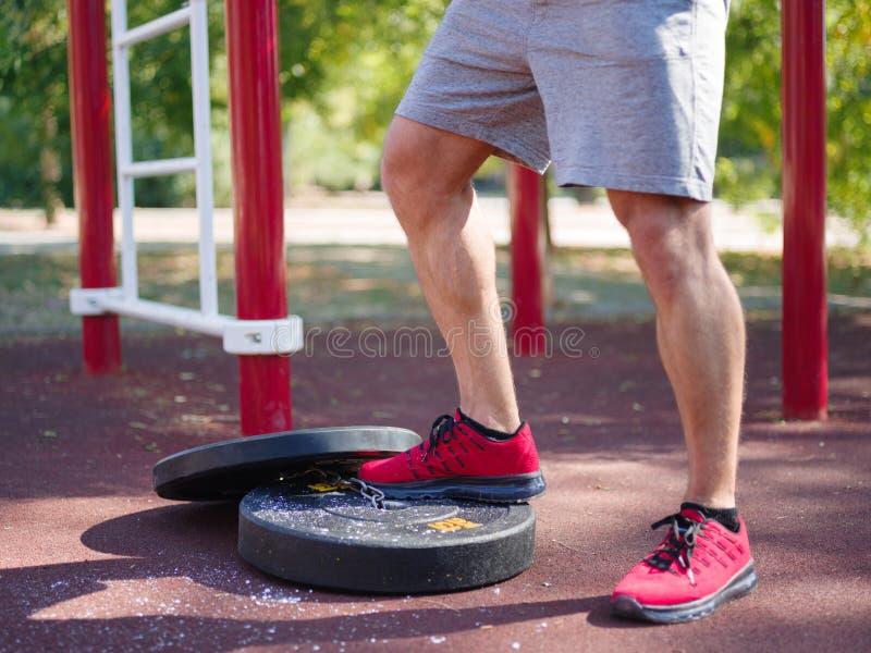 Ένα άτομο κάνει τις ασκήσεις στα πόδια του Φίλαθλος και υγιής νεαρός άνδρας με την τέλεια άσκηση σωμάτων υπαίθρια στοκ εικόνες με δικαίωμα ελεύθερης χρήσης