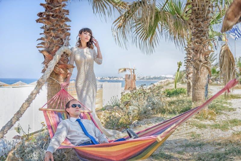 Ένα άτομο και ένα κορίτσι είναι στην παραλία στοκ φωτογραφίες