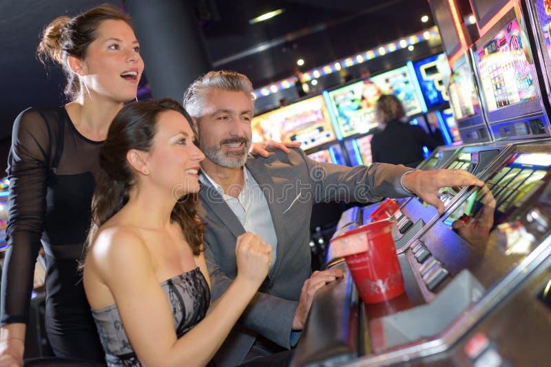 Ένα άτομο και δύο κορίτσια που παίζουν στη χαρτοπαικτική λέσχη στοκ φωτογραφίες