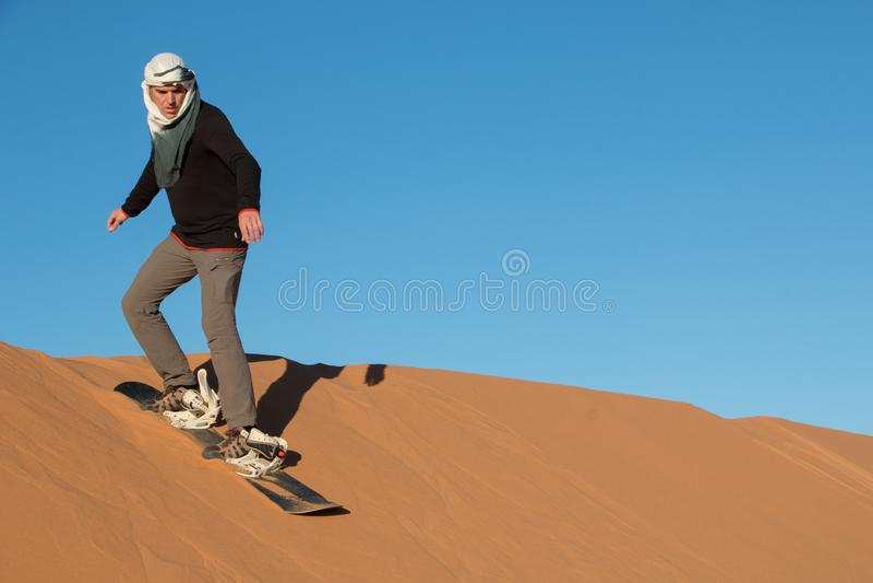Ένα άτομο με άσκησης headscarf στους αμμόλοφους ερήμων Erg Chebbi στοκ εικόνες