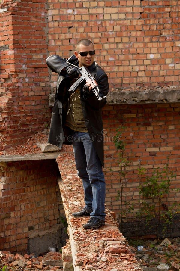 Ένα άτομο με ένα πυροβόλο όπλο στοκ φωτογραφίες
