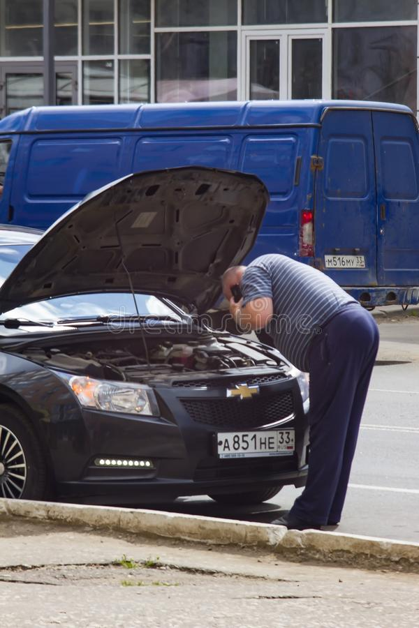 Ένα άτομο με το πρόβλημα αυτοκινήτων στοκ φωτογραφίες