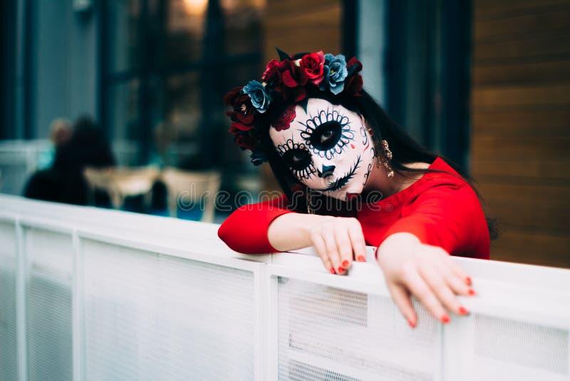 Ένα άτομο με ένα χρωματισμένο πρόσωπο ενός σκελετού, ένα νεκρό zombie, στην πόλη κατά τη διάρκεια της ημέρας ημέρα όλων των ψυχών στοκ φωτογραφία με δικαίωμα ελεύθερης χρήσης