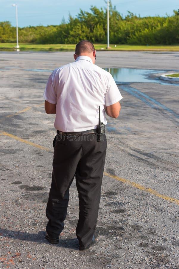 Ένα άτομο με walkie-talkie στον αερολιμένα, πίσω άποψη Νησί στοκ εικόνα με δικαίωμα ελεύθερης χρήσης