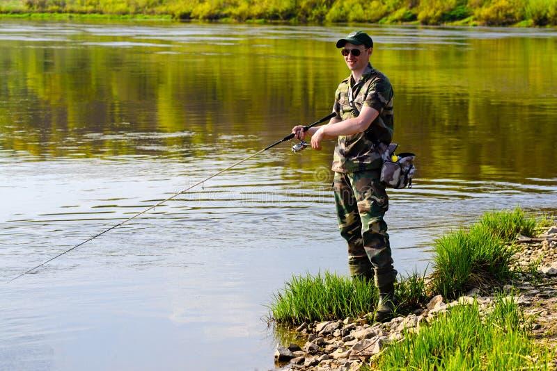 Ένα άτομο που αλιεύει στον ποταμό στοκ εικόνες