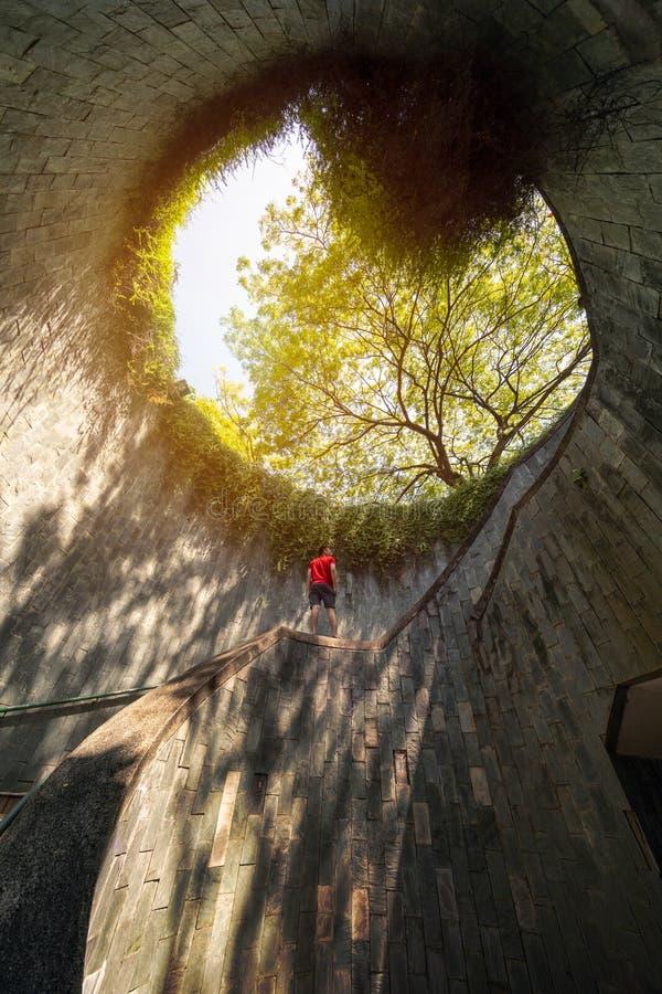 Ένα άτομο που εξετάζει το κονσερβοποιώντας πάρκο οχυρών, τουριστικό αξιοθέατο Φύση Τ στοκ φωτογραφία