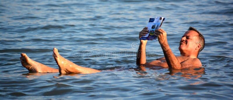Ένα άτομο που επιπλέει στο αλμυρό νερό της νεκρής θάλασσας στοκ φωτογραφίες με δικαίωμα ελεύθερης χρήσης