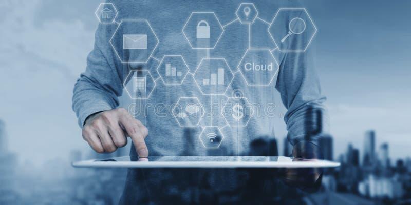 Ένα άτομο που εργάζεται στην ψηφιακή ταμπλέτα, τεχνολογία εφαρμογής σύνδεσης δικτύων στοκ φωτογραφία