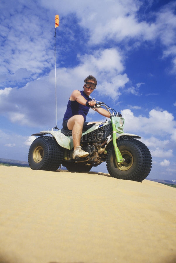 Ένα άτομο που οδηγά ένα τρίτροχο για όλα τα εδάφη όχημα σε λίγο κρατικό πάρκο Σαχάρας, Οκλαχόμα στοκ εικόνα