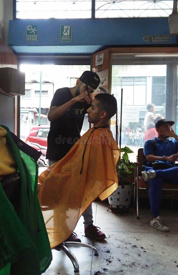 Ένα άτομο που παίρνει ένα κούρεμα σε ένα τοπικό barbershop στοκ εικόνα