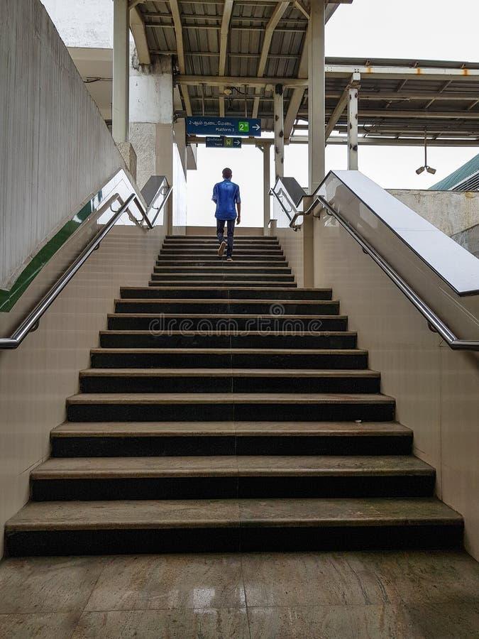 ένα άτομο που περπατά επάνω στοκ εικόνα με δικαίωμα ελεύθερης χρήσης
