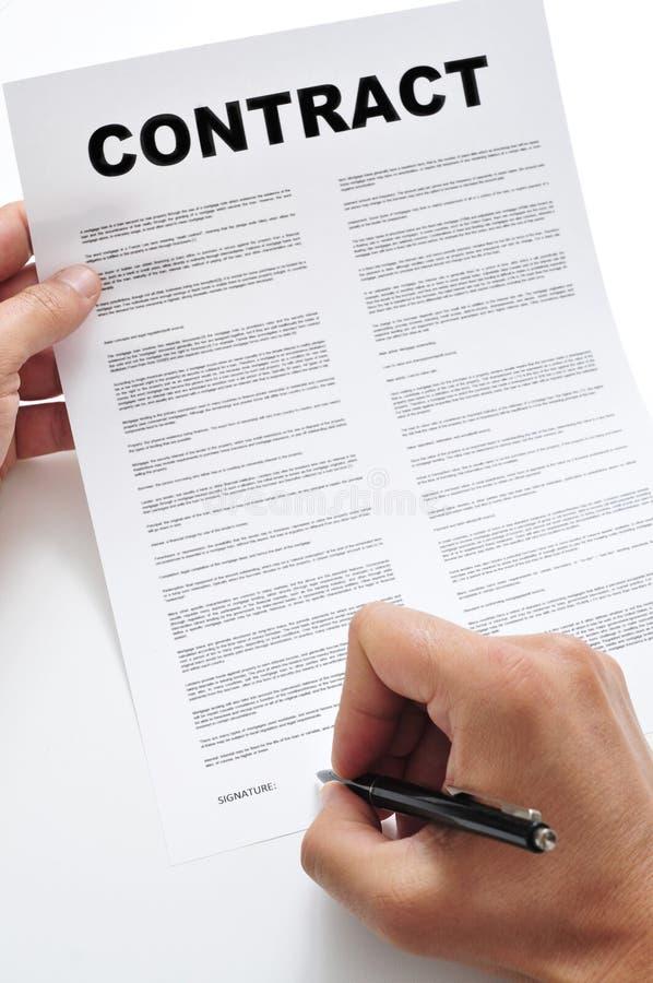 Ένα άτομο που υπογράφει μια σύμβαση στοκ φωτογραφίες με δικαίωμα ελεύθερης χρήσης