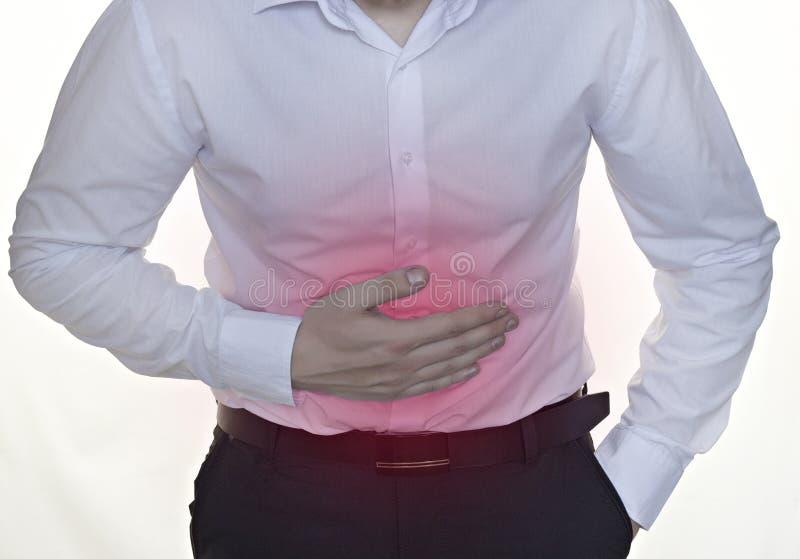 Ένα άτομο σε ένα άσπρο πουκάμισο διατηρεί την κοιλιά, λευκός επιχειρηματίας υποβάθρου στοκ φωτογραφία
