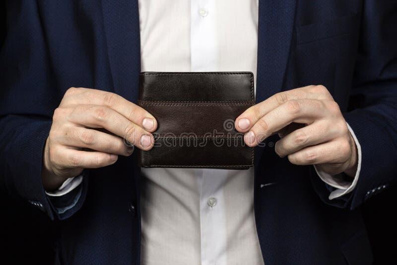 Ένα άτομο σε ένα κοστούμι κρατά ένα πορτοφόλι, κινηματογράφηση σε πρώτο πλάνο, επιχειρηματίας στοκ φωτογραφία με δικαίωμα ελεύθερης χρήσης