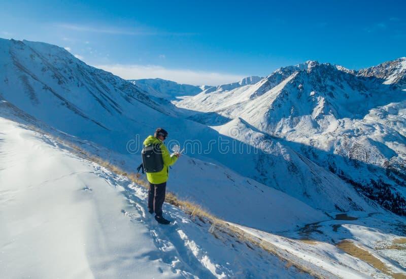 Ένα άτομο ταξιδεύει το χειμώνα στοκ εικόνα