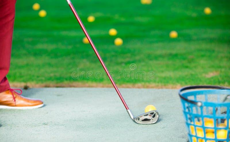Ένα άλλο ένα που πυροβολείται της κίτρινης σφαίρας γκολφ στοκ εικόνες