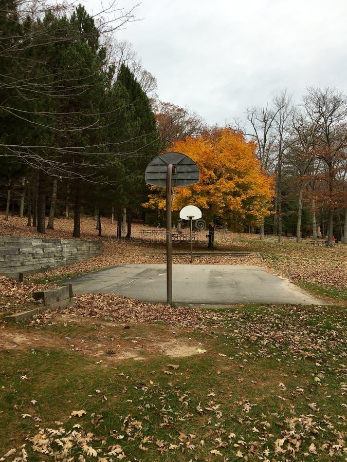 Ένα ήρεμο γήπεδο μπάσκετ στο βαθύ κολπίσκο στοκ φωτογραφία με δικαίωμα ελεύθερης χρήσης