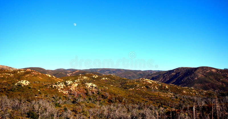 Ένα ήρεμο φεγγάρι πέρα από τα βουνά στοκ εικόνες