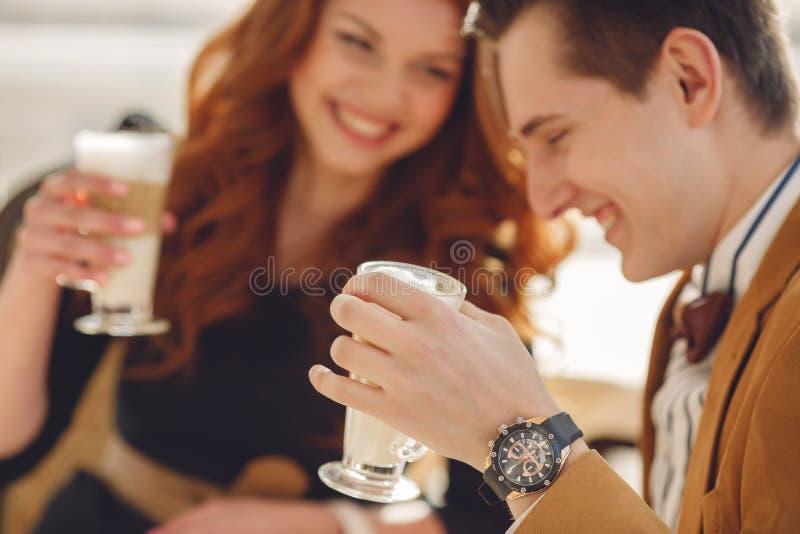 Ένα αγαπώντας ζεύγος που απολαμβάνει έναν καφέ στο café στοκ εικόνες