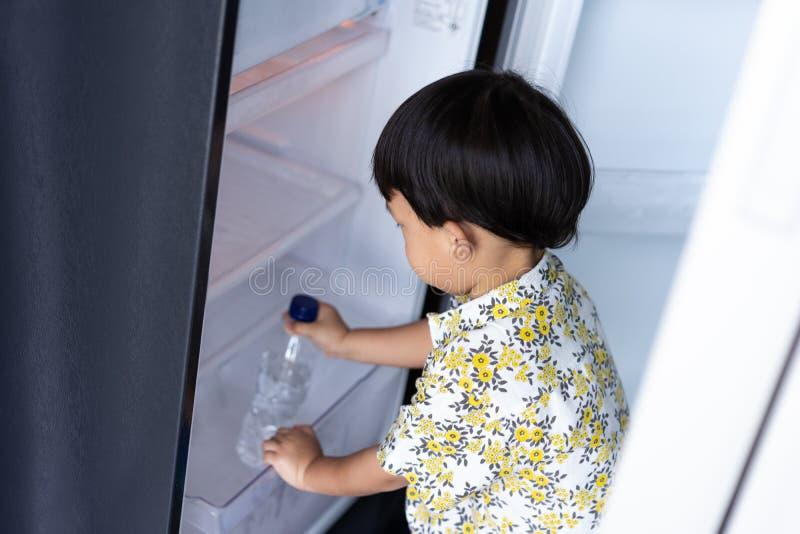 Ένα αγόρι βοηθά τη μητέρα του για να εργαστεί στο σπίτι και παίρνει το  στοκ εικόνα