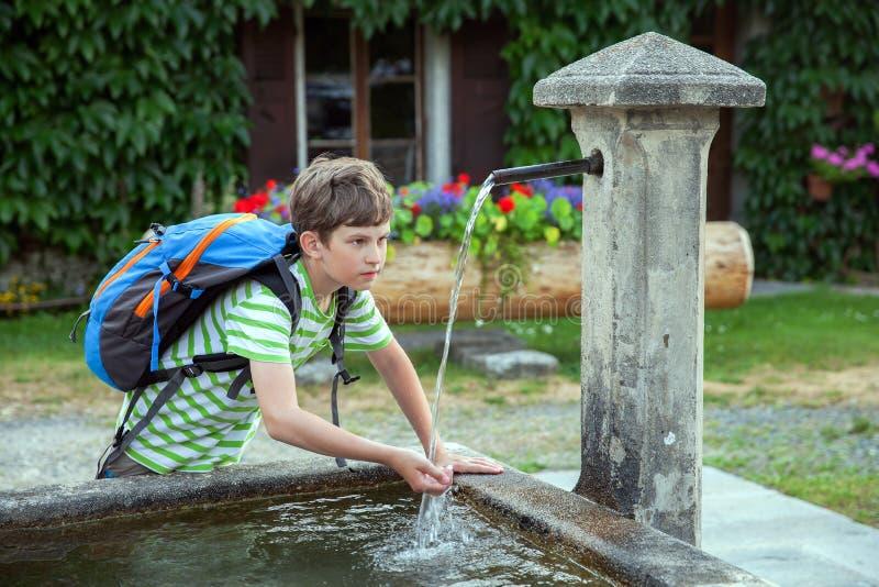 Ένα αγόρι είναι πόσιμο νερό στοκ φωτογραφία με δικαίωμα ελεύθερης χρήσης