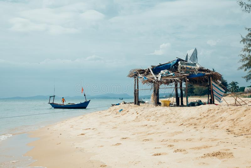 Ένα αγόρι σε ένα αλιευτικό σκάφος στην παραλία, Phu Quoc, Βιετνάμ στοκ εικόνες