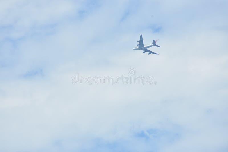 Ένα αεριωθούμενο πέταγμα 747 κάτω από τα σύννεφα στοκ φωτογραφία