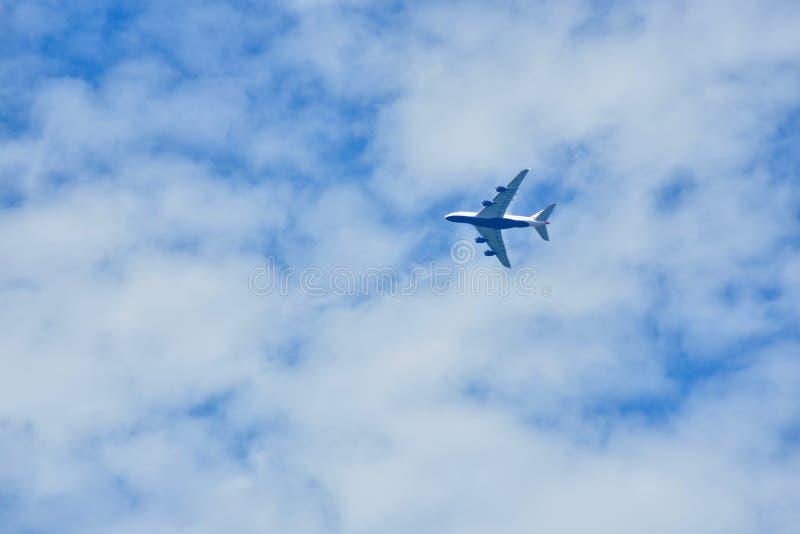 Ένα αεριωθούμενο πέταγμα 747 κάτω από τα σύννεφα στοκ φωτογραφία με δικαίωμα ελεύθερης χρήσης