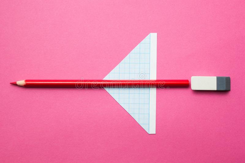 Ένα αεροπλάνο παιχνιδιών φιαγμένο από μολύβια σε ένα ρόδινες υπόβαθρο στοκ εικόνα με δικαίωμα ελεύθερης χρήσης