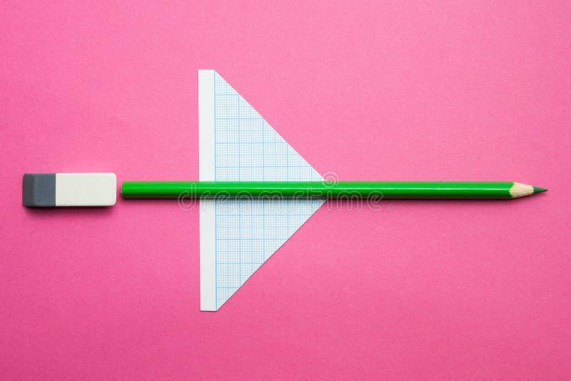 Ένα αεροπλάνο παιχνιδιών φιαγμένο από μολύβια σε ένα ρόδινο υπόβαθρο, δημιουργικότητα των παιδιών r στοκ φωτογραφία με δικαίωμα ελεύθερης χρήσης
