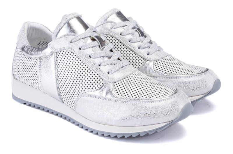 Ένα αθλητικό ενεργό ασημένιο μεταλλικό πάνινο παπούτσι απομονώνει στο άσπρο υπόβαθρο στοκ φωτογραφία με δικαίωμα ελεύθερης χρήσης