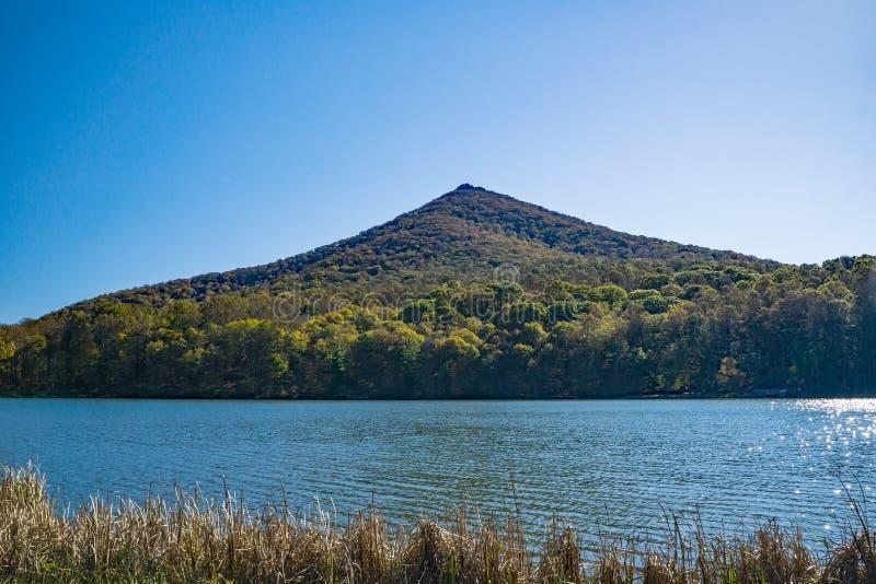 Ένα αιχμηρό τοπ βουνό άποψης φθινοπώρου στοκ φωτογραφία