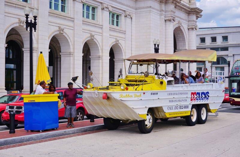 Ένα αμφίβιο όχημα γύρου παπιών ΣΥΝΕΧΩΝ παπιών στο Washington DC στοκ φωτογραφίες