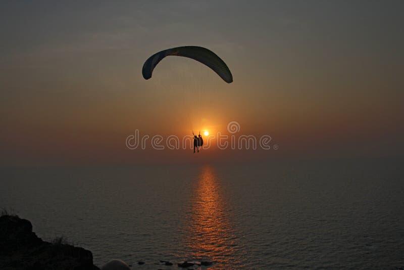 Ένα ανεμόπτερο στα πλαίσια της θάλασσας και του ηλιοβασιλέματος ή daw στοκ φωτογραφία με δικαίωμα ελεύθερης χρήσης