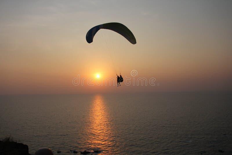 Ένα ανεμόπτερο στα πλαίσια της θάλασσας και του ηλιοβασιλέματος ή daw στοκ φωτογραφίες με δικαίωμα ελεύθερης χρήσης