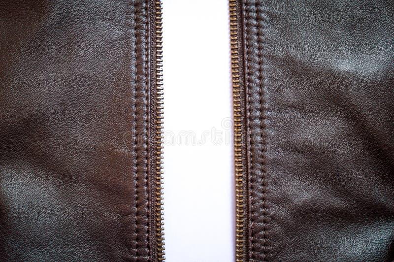 Ένα ανοιγμένο φερμουάρ bbrown σακάκι δέρματος ευρέως ανοικτό στοκ φωτογραφία