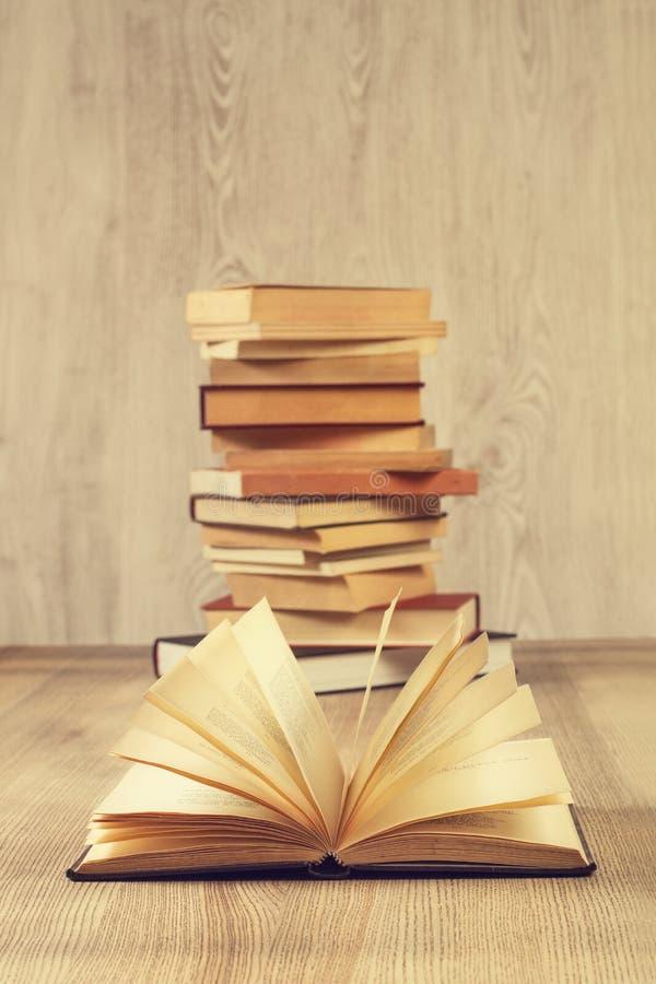 Ένα ανοικτό βιβλίο και ένας σωρός των βιβλίων στοκ φωτογραφίες με δικαίωμα ελεύθερης χρήσης